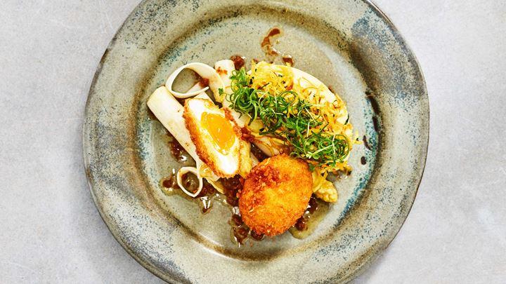 Pankofriterat ägg med vinägrett på brynt smör samt smörad potatiscrème
