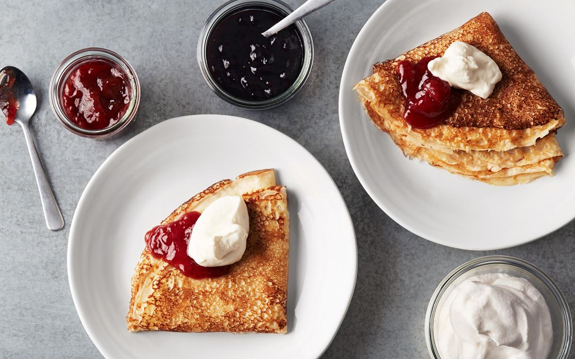 Vem älskar inte pannkakor? De här frasiga favoriterna gillas av alla oavsett ålder. Goda med sylt och lättvispad grädde.