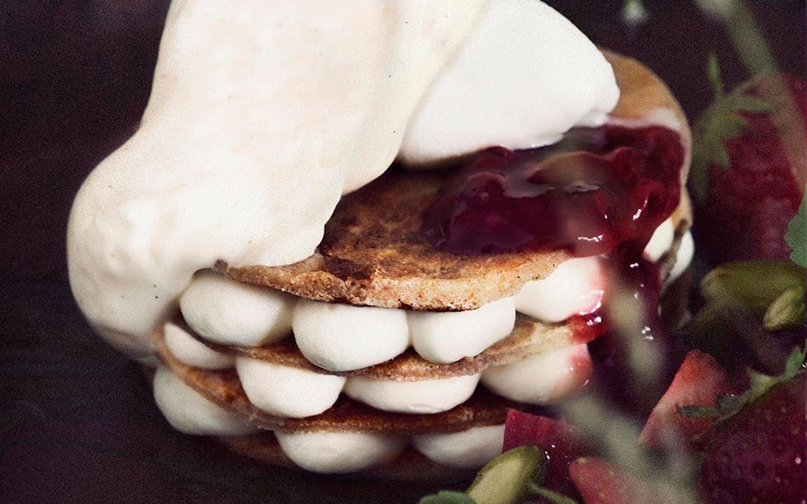 """Pannkakstårtan är en annan somrig klassiker som får en total """"makeover"""". minipannkakor varvas med flädermousse som spetsats med likör, en syrlig kompott på röda bär, pistagekräm, skum på brynt smör samt en sorbet på gräddfil och ljunghonung."""