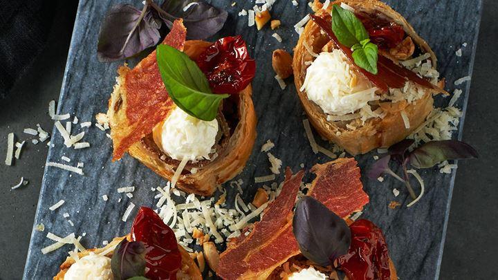 Parmesanrulle med tomat, basilika, rostad mandel och parmachips