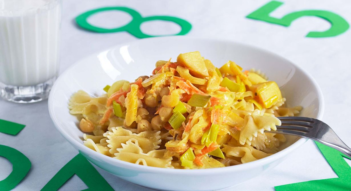 Pastasåsen har en frisk sötma från finhackade äpplen och aprikoser. Curry är en krydda som barn ofta gillar.