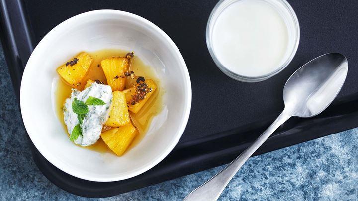 Pepparstekt ananas med vitchoklad och myntayoghurt