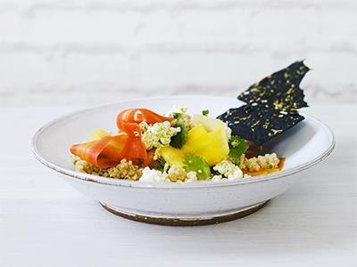 Picklade morötter, vit quinoa, dillig cottage cheese med ingefära och krispigt bläckbröd