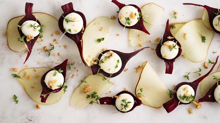 Picklade rödbetor med äpple, getostyoghurt och valnötter