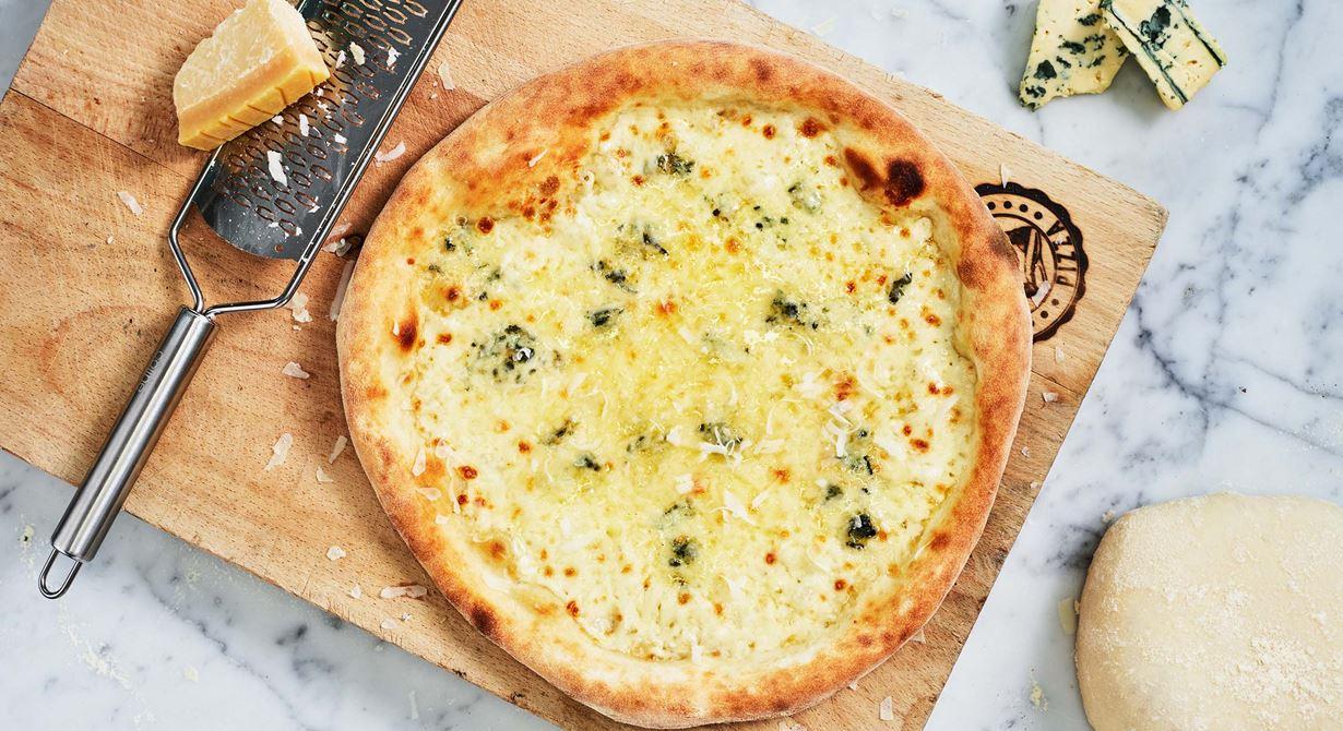 Mozzarella, gräddädel och parmesan, tre ostar på samma pizza, ger mycket smak och härlig krämighet i kontrast till pizzabottnen.