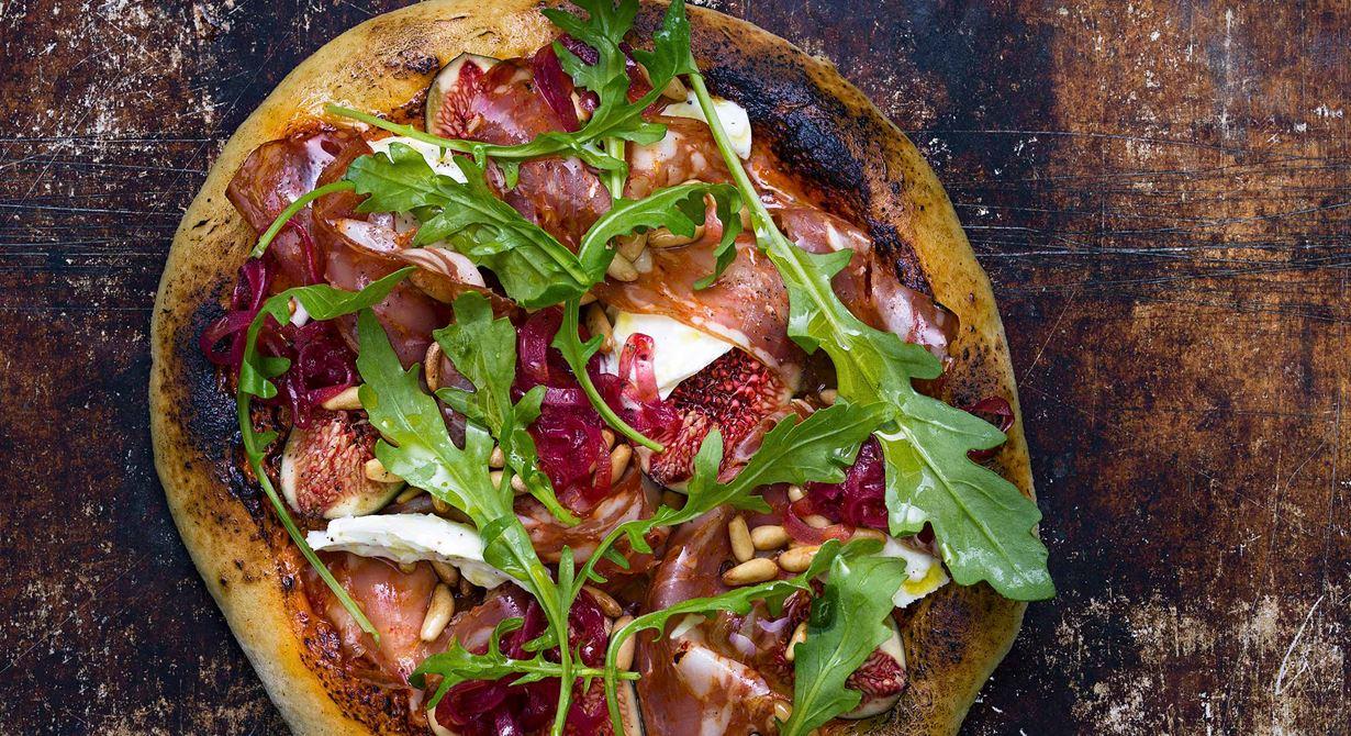 En smakfull pizza med extra allt. Två sorters kryddig salami, varav en bredbar, syrad rödlök och en blandning av tomatig crème fraiche toppar de bakade bottnarna.