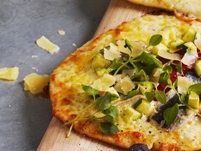 Krydda de små pizzorna med smakrika ostar som ger karaktär, då tar du pizzaosten ett steg vidare. Skär upp som aptitretare eller servera som en smårätt.