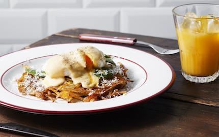 En vegetarisk variant av ägg florentine på krispig råraka istället för rostat bröd. Gott med en syrlig mousselinesås, med lite vispad grädde, som är en variant av den klassiska hollandaisen.
