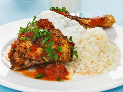 """""""Jättebra att det var starkt"""" får Micke ofta höra när den här piri piri-inspirerade kycklingen serveras. En klick myntayoghurt ger svalka till hettan."""