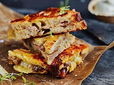 Porchetta är en italiensk rätt där fläskkött fylls med vitlök, fänkål och rosmarin för att sedan grillas eller bakas långsamt tills det nästan faller sönder. När det svalnat kan det skivas tunt och bli en riktigt god fyllning i en frasig toast med ost som sällskap. Servera gärna tillbehör till som en senapsdipp på färskost samt frisk, krispig surkål.