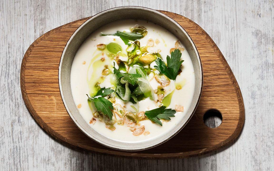 En mixad, matig soppa som kan serveras varm eller kall. Den mjöliga potatisen har en redande effekt och ger en krämigt god smak med lätt syra. Purjolöksblasten i oljan ger fin finish ihop med crunchig majs.