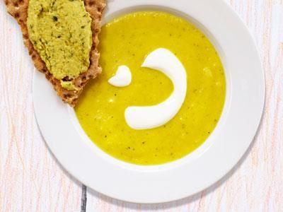 I den här matiga soppan döljer vi grönsakerna genom att mixa dem. Gott med en syrlig topping till.