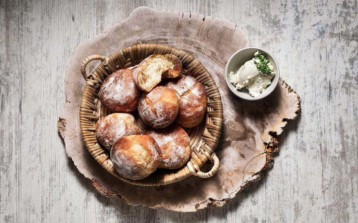 Smakrika portionsbröd på kokt potatis med fin yta och luftigt, segt inkråm. Perfekt att riva i kokt mjölig potatis om det blivit över. Bröden smakar bäst med bara en klick smör eller färskost smaksatt med färska örter.