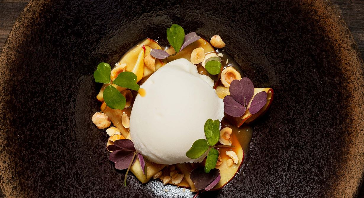 Upptäck potatisens mångsidighet och gör en len yoghurtglass på rostad riven potatis. Den makalöst goda, fräscha och lite syrliga glassen har lagom sötma och en ton av malt. Vänd äpplena snabbt i karamellen så behåller de sin krispighet.