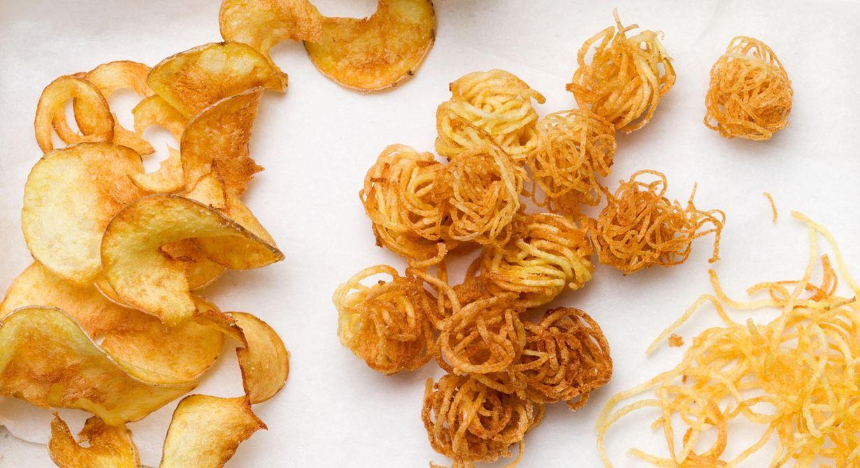 Svarvad bakpotatis i olika former, friterade i klarifierat smör som klarar högre temperatur. Prova också att lägga potatisen i en tesil eller i stansring.