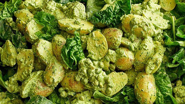 Potatissallad med ärter och spenat