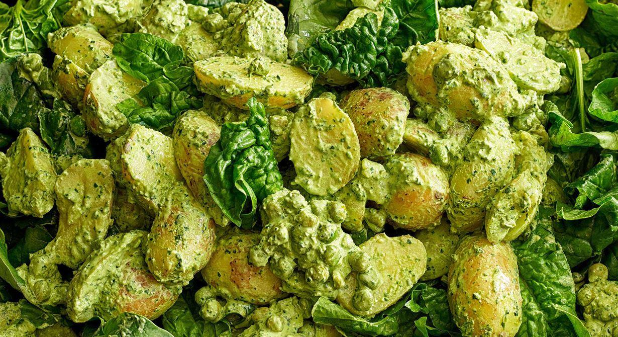 En sommargrön sallad. Välj potatis efter årstid, helst en fast sort. Gott ihop med de lite söta ärterna. Släng också i lite purjolök om du har svinn över. Vänd i den gröna dressingen i potatis-salladen vid servering.