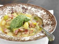 En soppa som många längtar efter. En modern variant av den klassiska köttsoppan med mild fänkål och rimmat fläsk. Och inte att förglömma, den nog så viktiga klimpen. Här i lätt syrlig ton med hög basilikasmak.