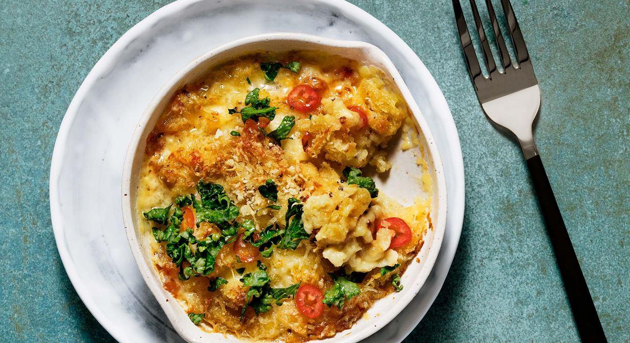 Johans variant på klassikern macaroni and cheese är krämig och grymt god. En riktig crossoverrätt med potatisspätzle, senapsgrädde och ett frasigt osttäcke toppat med chili och lite lime.