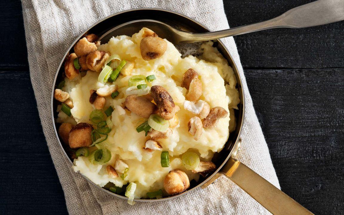 Ett snabbt och smidigt sätt att ge potatisen smak. Grovmosa den kokta potatisen med crème fraiche och smör, smaksätt med citron. Toppa med rostad majs (cancha) som de gör i Peru. Det går också bra att hacka i färska örter som blivit över.