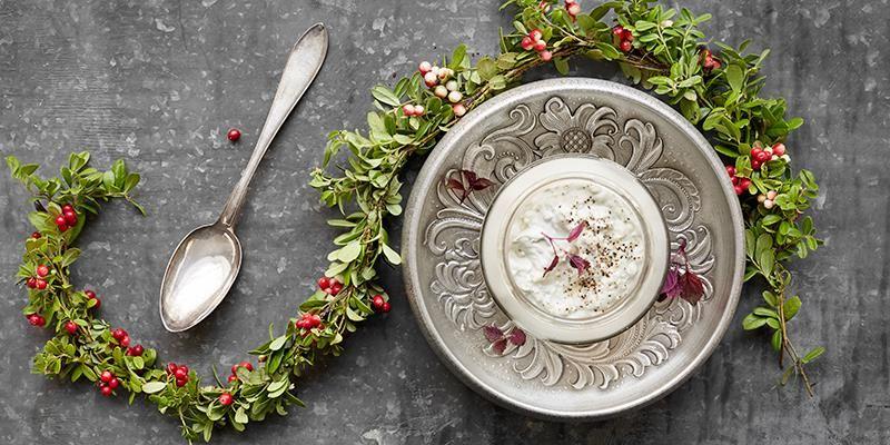 Potkäs eller potkes betyder krukost och är ett fantastiskt sätt att ta vara på ostrester. Det är mycket trevligt och gott att servera på julbordet som en spread att breda på knäcket. Servera den gärna i ett vackert krus som valsas och fylls på varje dag. De hårda ostarna rivs ner fint och mjuka ostar mosas. Tilsätt gärna smör eller färskost för en bra konsistens. Utöver osten tillsätts sprit, framförallt för hållbarhetens skull men även för smakens. Är det mycket smakrik ost i potkäsen kan du använda en neutral sprit som vodka. Annars är det väldigt gott med sprit med mycket karaktär som brandy. Var mycket noga med hygien hela tiden då potkäsen är som en surdeg som utvecklas positivt så länge det bara är goda bakterier i den.