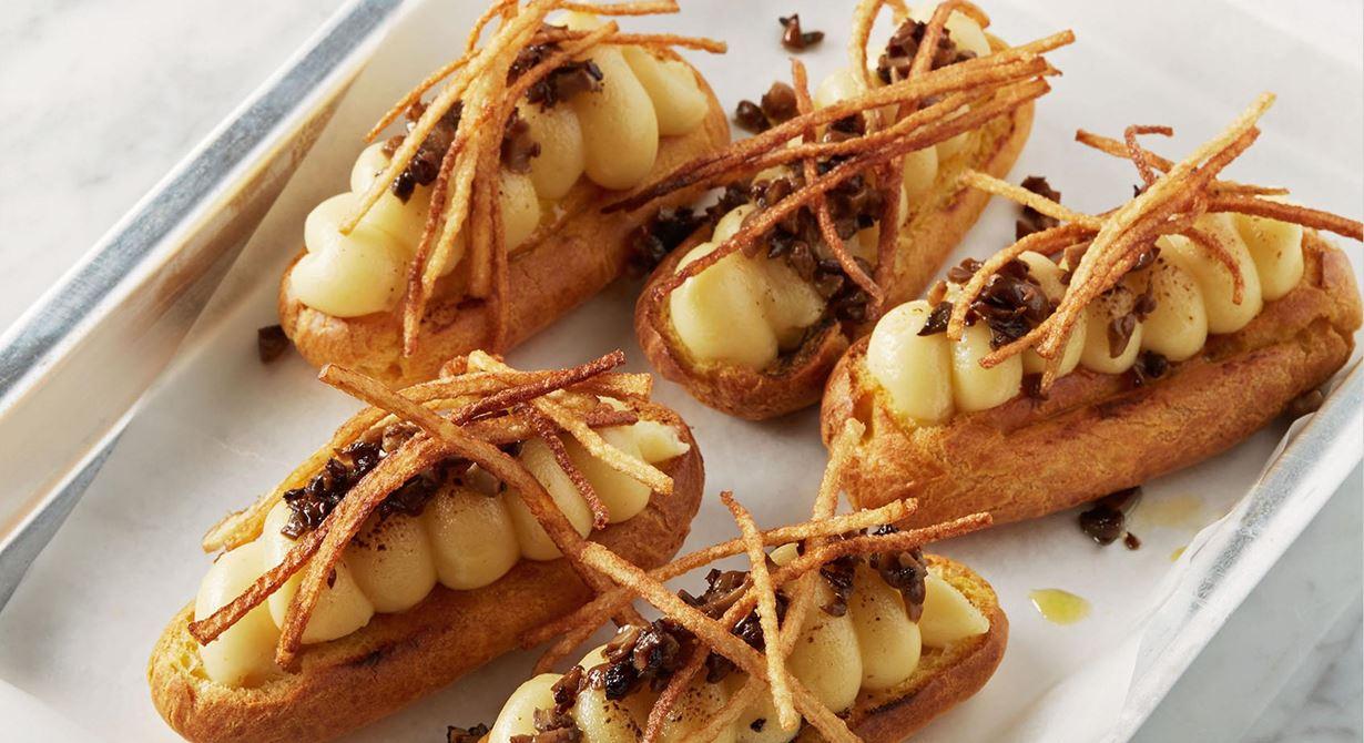 Comté är bra som smaksättare i en créme. Den här med mandelpotatis matchar pumpans runda, söta smak perfekt. Gott ihop med svampen och de krispiga  potatisstrimlorna.