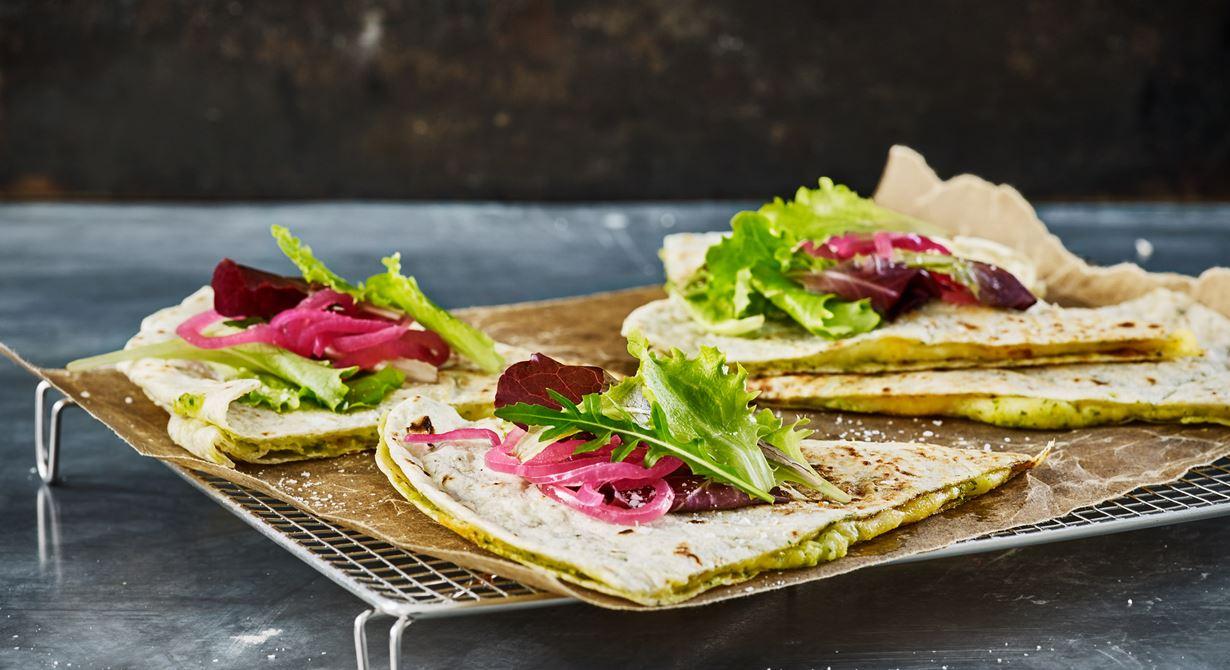 Vegetarisk rätt gjord på tortillabröd fylld med kikärtor, vitlök, persilja och en underbar blandning av mozzarella och cheddar.