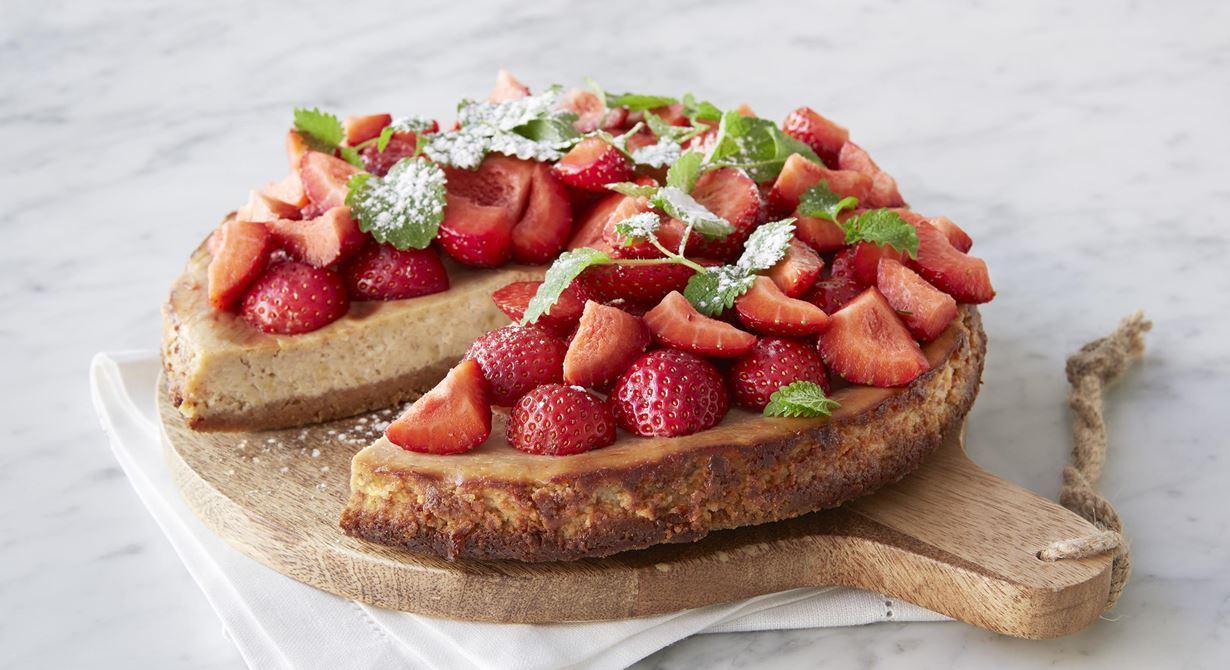 Syrlig rabarber och färskost är en fantastisk kombo ihop med vanilj. Toppa med massor av färska jordgubbar och citronmeliss.
