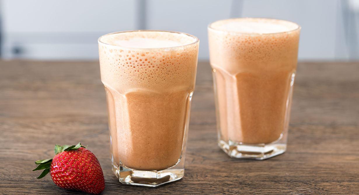 En krämig  och svalkande shake med svenska sommarsmaker. Det går lika bra att använda fryst som färsk rabarber och jordgubbar. Använd gärna ekologiska produkter till shaken då Latte Art är eko.
