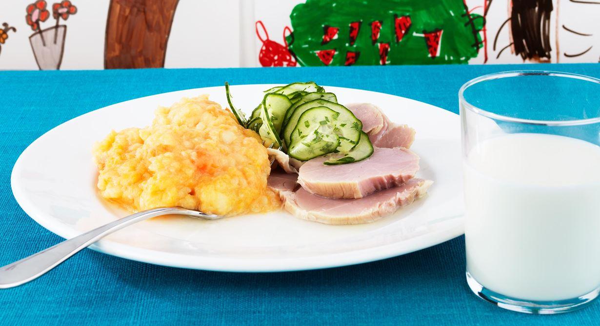 Vi har skånska namn på flera av våra rätter. Rabbemos är ett rotmos med lite mer potatis i för att det ska få en torrare, mer mosig konsistens som barnen gillar. Spara  buljongen från läggen och återanvänd i moset.