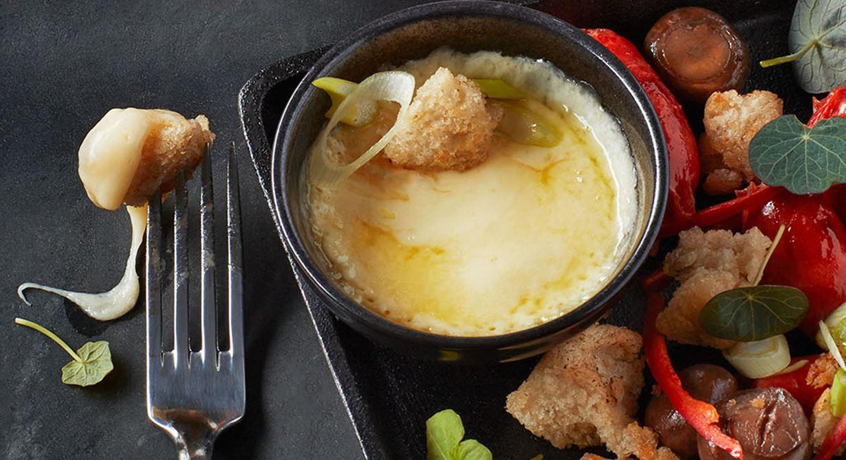 En dröm för alla som älskar varm ost. Det är bara att smälta osten i små bitar i mikron om du inte har ett raclettejärn. Servera med de goda tillbehören.