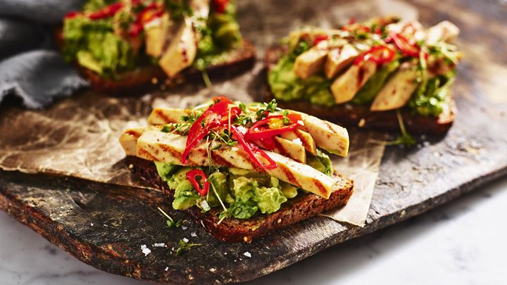 Rågbröd med krossad avokado, Grilling cheese och picklad chili