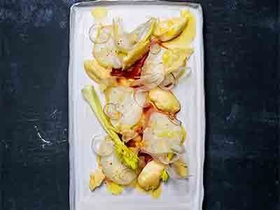 Rå fisk, smakrik ost, tomat och chili är alltid en lyckad kombination. En underbar carpaccio med citronmarinad och finskurna, krispiga grönsaker som tillbehör.
