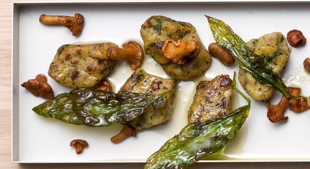 Äkta gnocchi är makalöst gott, men de är lite bortglömda. Ramslöksgnocchi med kantareller passar även till annan stekt svamp, fisk och fläskkött. Smaksättningen  kan varieras efter säsong.