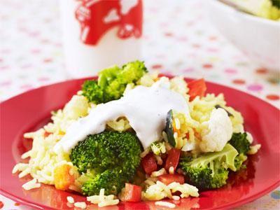 En vegetarisk risrätt med mild currysmak och krämig vitlökssås. I början gjorde jag den med frysta grönsaker, men då pillade barnen alltid bort dem. Nu när vi har färska, krispiga grönsaker äter alla. Även de allra minsta vet att grönsaker är goda.