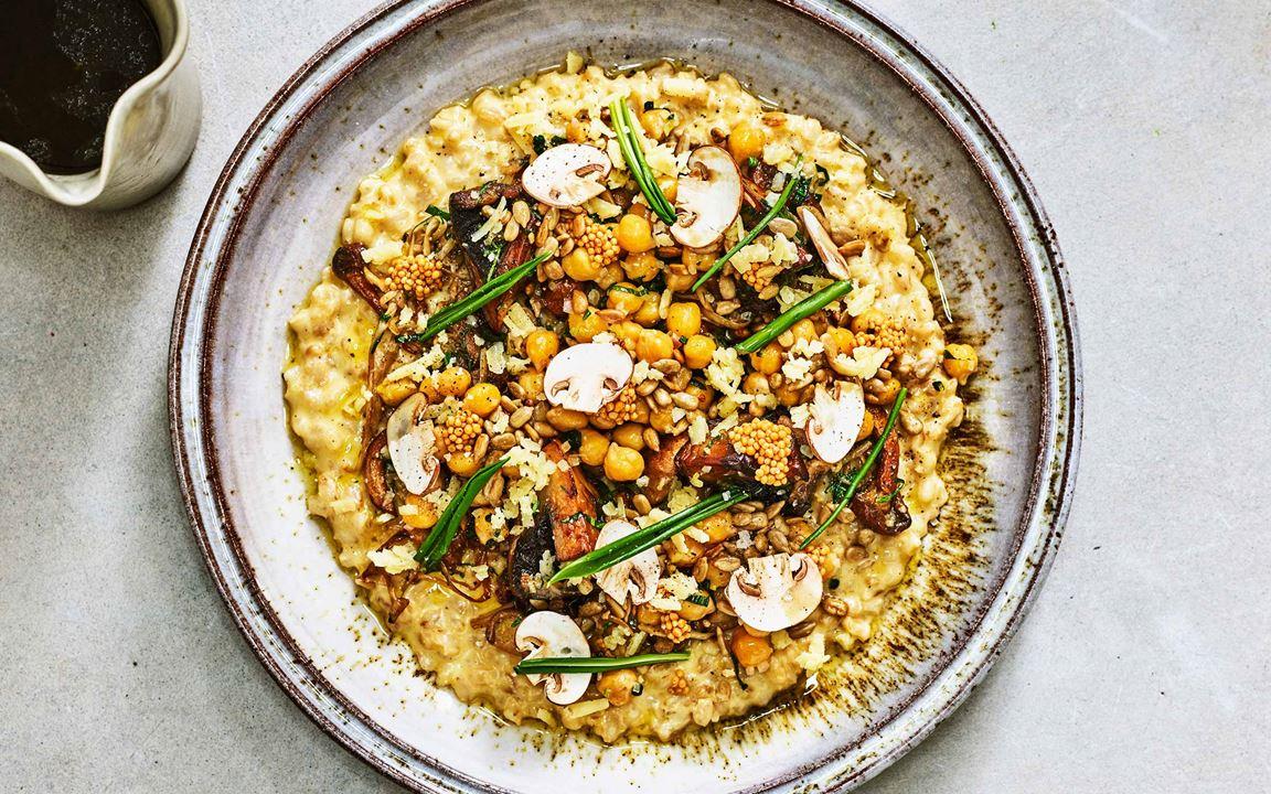 Risotto på korn med vitlöksglaserad svamp och syrade senapsfrön samt råstekta havskräftor