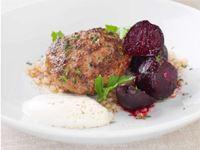 Baka på saltbädd är en enkel tillagningsmetod som ger rödbetan en sötare ton och även lite smak från saltet.