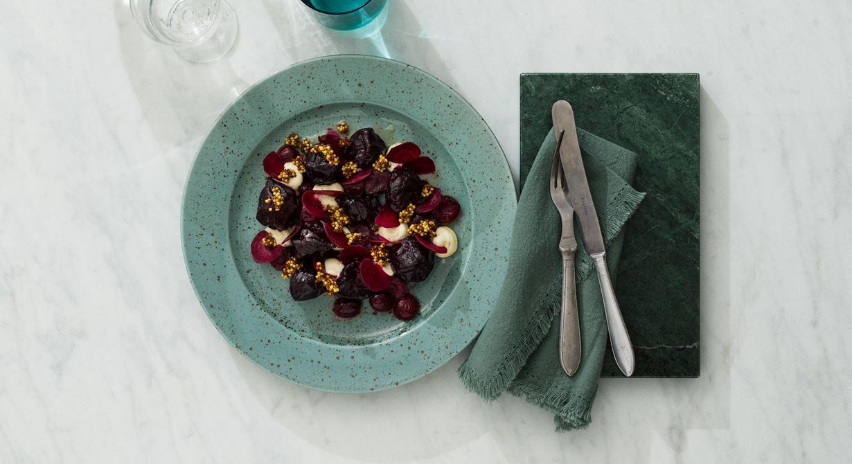 Varsamt saltbakade rödbetor glaserade i körsbärs- och smörlag som serveras med picklad senap och en emulsion med rostad kummin.
