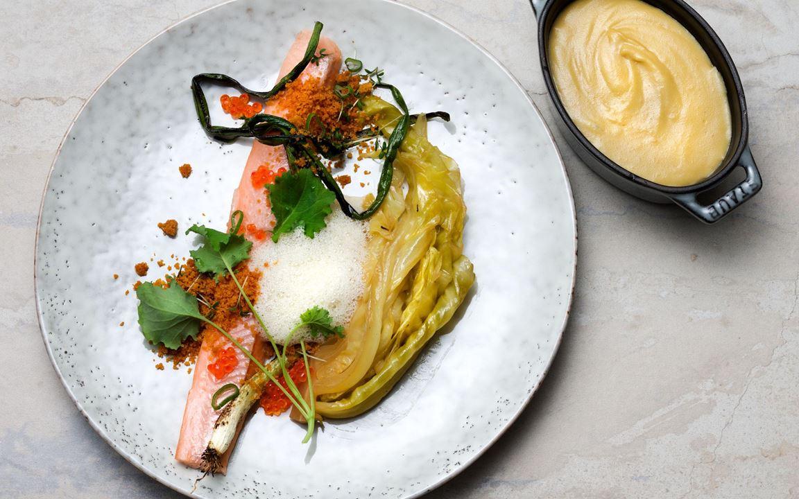 Harmoniska, mjuka, smöriga smaker som matchar varandra perfekt. Sirapssötman i den mjälla spetskålen känns igen från kåldolmar. En flirt med husman på röding och mandelpotatispuré med smak av de rostade skalen.