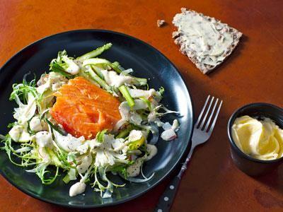 Kombinationen av lättrökt, mjäll lax, rå kål och krispig sparris slungad i citronette ger vårkänslor. Den fylliga ostkrämen kan du förbereda långt innan servering.