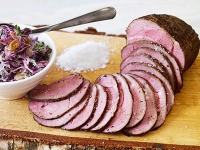Rökt, pepprigt vildsvin med coleslaw på rödkål