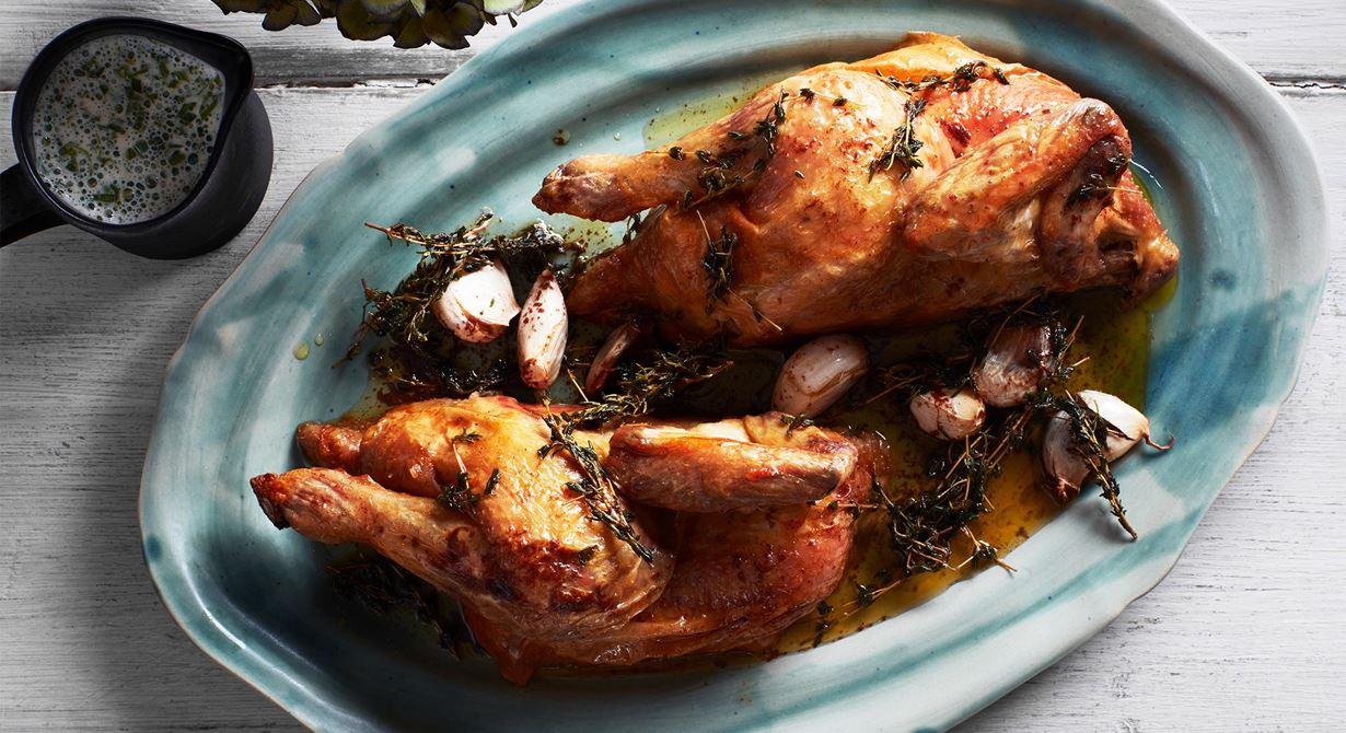 Klassisk smakkombination och mycket uppskattad av gästerna är rostad kyckling, dragonsås och brynt smör. Såsen får en fylligare och lite rund, syrlig smak med hjälp av crème fraiche och champagnevinäger.