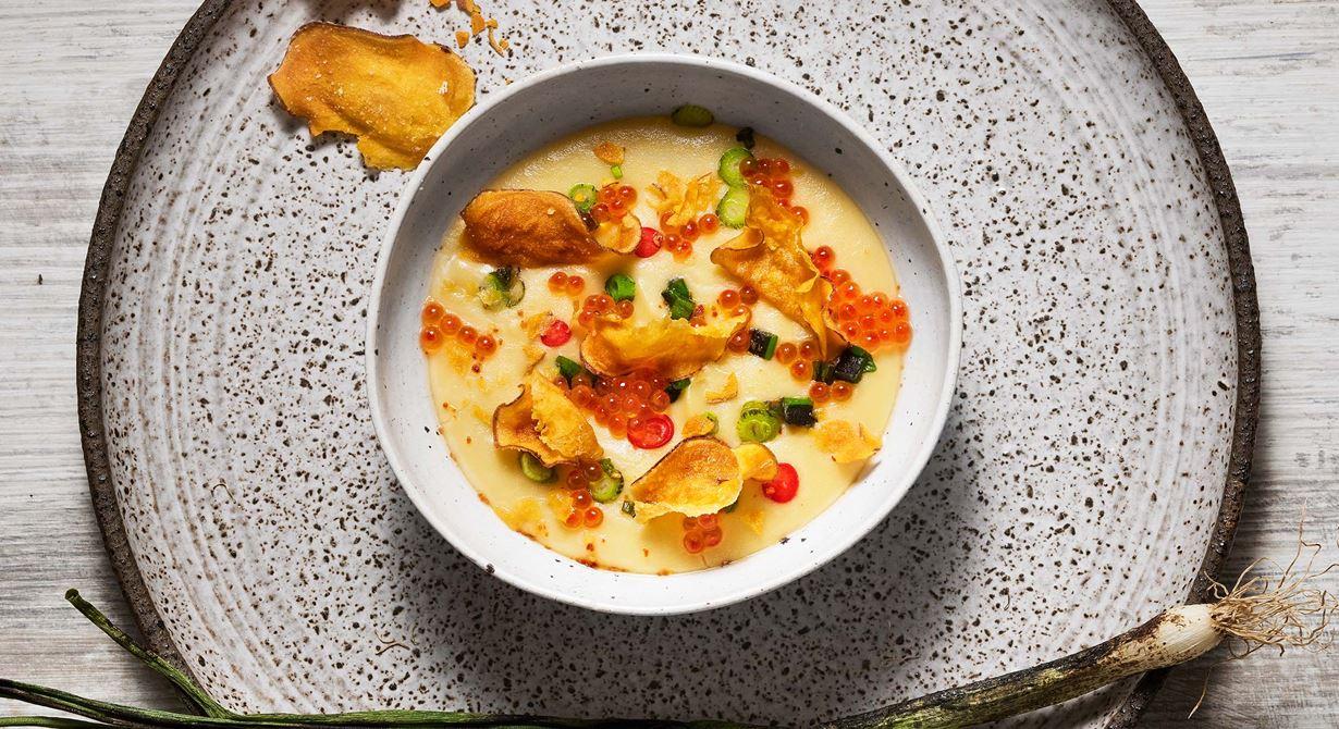 Ett fräscht tillbehör eller mellanrätt med hetta, syra och sälta. Rostat potatisskal i gräddmjölken ger purén en djupare smak. Pudra potatischipsen med maizena innan fritering så håller de sig krispiga.