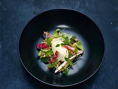 En modern sallad med en glass på granbarr och krispiga kaksmulor som ger en smakupplevelse utöver det vanliga. Fint uppbyggd med spännande kryddor och skogens smaker.