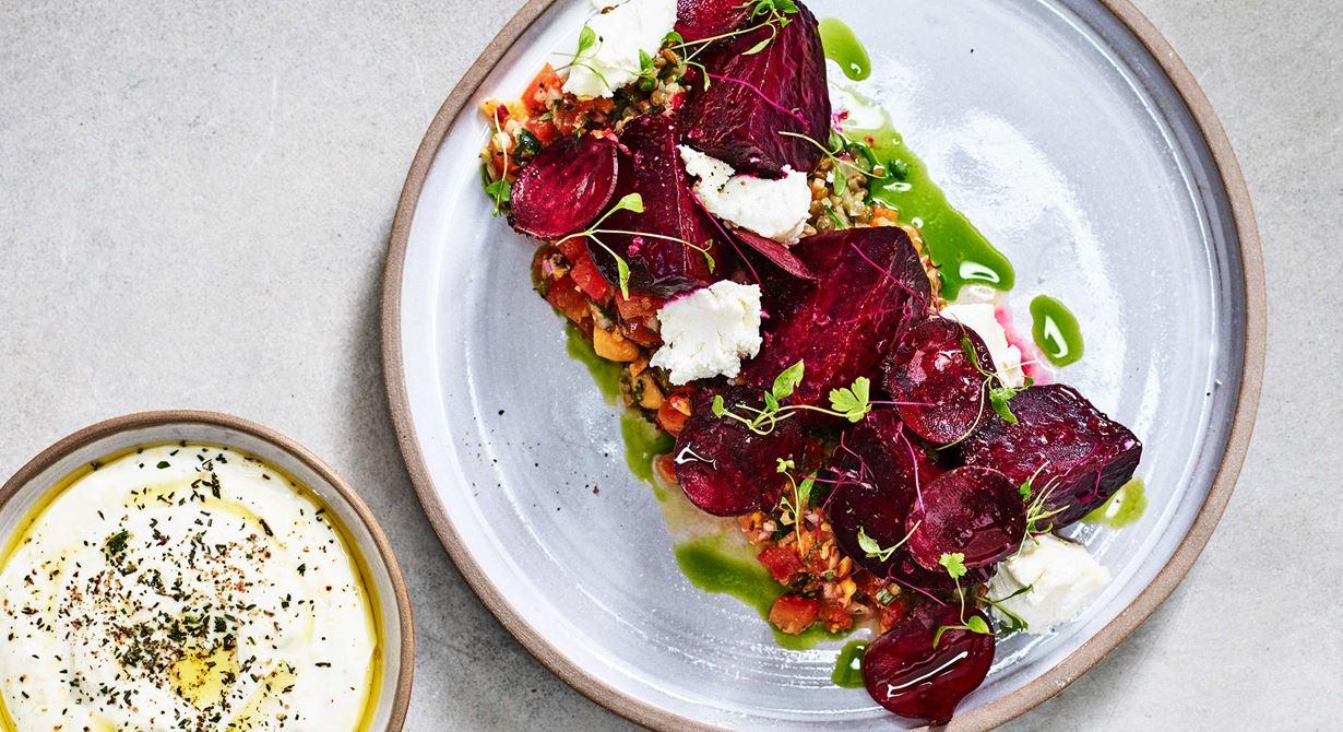 En vegetarisk rätt med både färg och karaktär. Rödbetan lägger en stabil och mättande grund och kompletteras med både getost och en tomatconcassé med marconamandel.