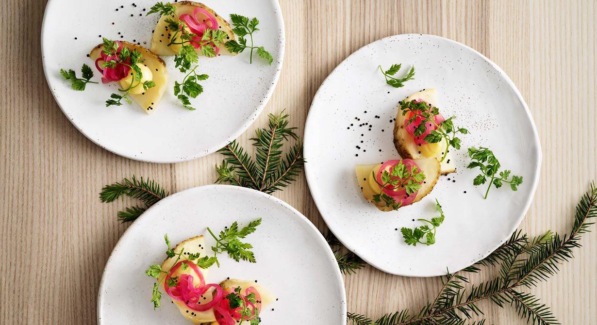 Rotselleri som grönt alternativ till skinkan, kan vara svårt att servera till många på ett trevligt sätt. Johans smidiga upplägg i skivor toppade med en god, mjuk smörcrème, syrad rödlök och krispiga quinoafrön gör det enkelt.