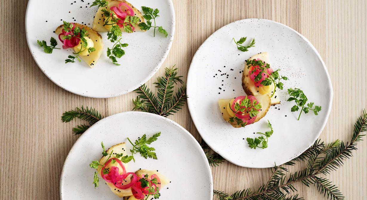 Rotselleri är ett trevligt och smakrikt grönt alternativ till skinkan. Johan Backeus smidiga upplägg i skivor toppade med en god, mjuk smörcrème, syrad rödlök och krispiga quinoafrön gör det enkelt att servera till många.