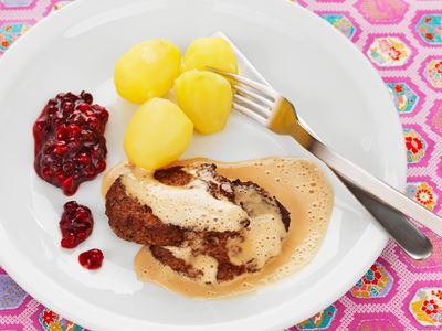 Många har aldrig smakat men tycker ändå inte om lever. De här goda färsbiffarna på mild lamm- eller kycklinglever med lingongräddsås får många att ändra uppfattning.