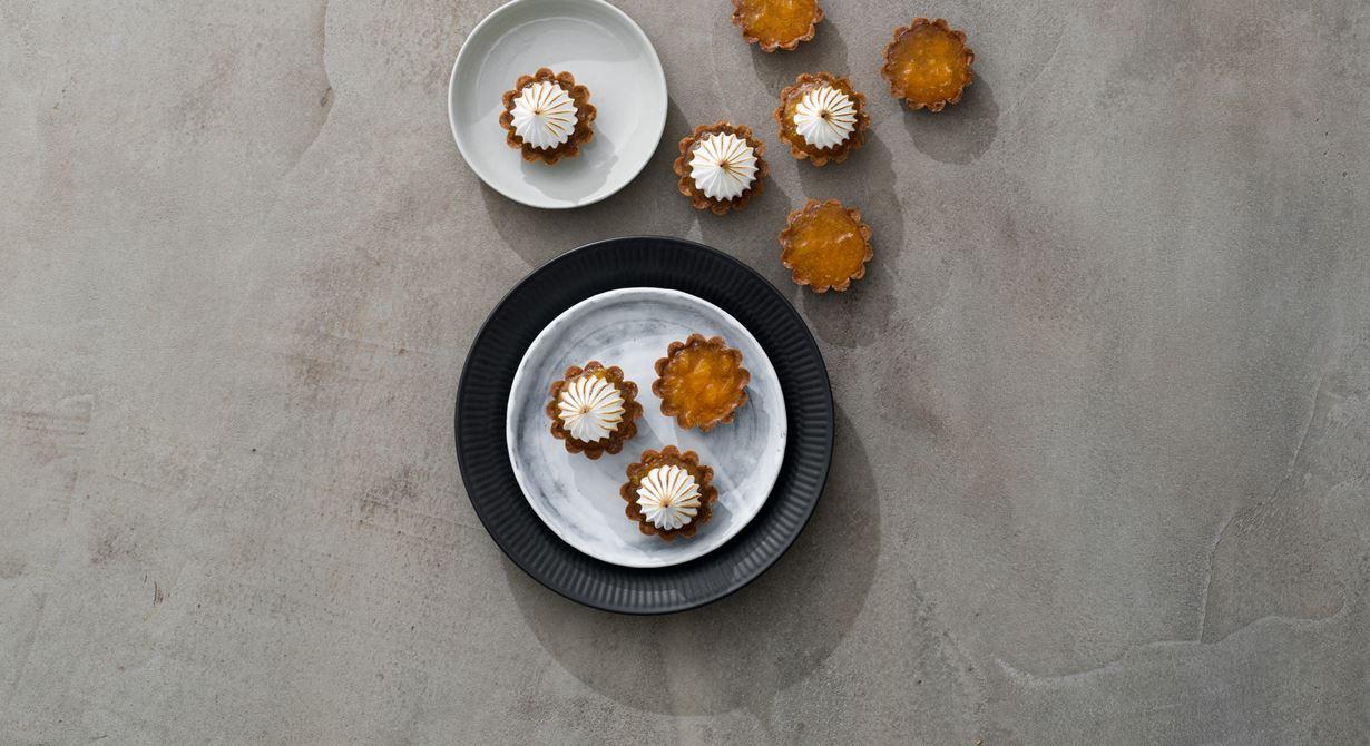 Drömsk mördegspaj med mandarinkompott toppad med len maräng med sting av sanchopeppar.