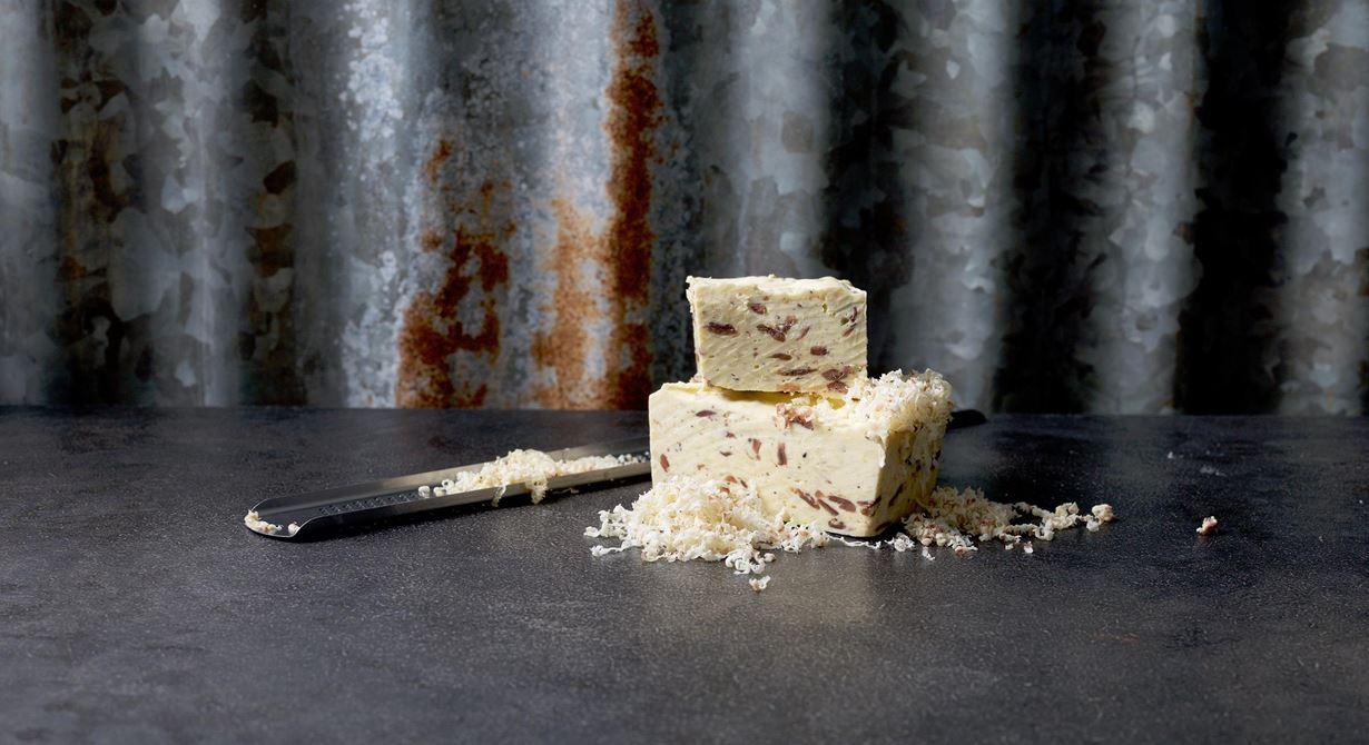 Gott smör med sälta från sardeller och umami från grovriven parmesan. Finriv över kyckling, pasta, varm och grillad sallad.